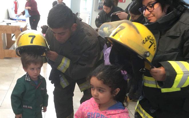 """Niños y niñas del Jardín Infantil """"Los Naranjitos"""" conocieron como trabajan los voluntarios y aprendieron técnicas de autocuidado y protección del medioambiente para prevenir incendios."""