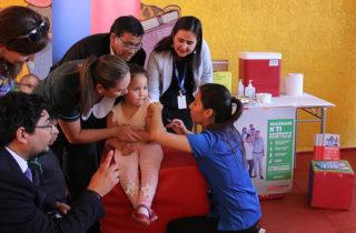 En compañía de autoridades niñas y niños del Tamarugal fueron vacunados contra la Influenza