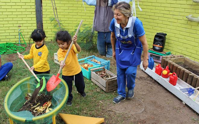 La directora del establecimiento, Maritza Valdivia, explicó que para la exposición se implementaron diversos espacios pedagógicos, en los cuales los párvulos de una manera práctica desarrollaron actividades que les permitieron de una manera entretenida y lúdica conocer las formas de cuidar el medio ambiente.