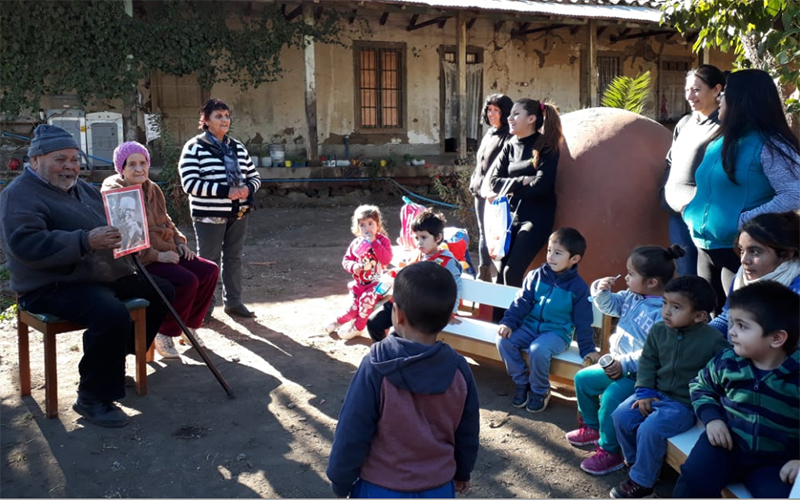 Con agüita de hierba en sus jarrones, sentados en círculo escucharon atentos la historia del dueño del terreno que donó el espacio en donde ahora se emplaza el jardín infantil que este año abrió sus puertas en este hermoso sector rural.